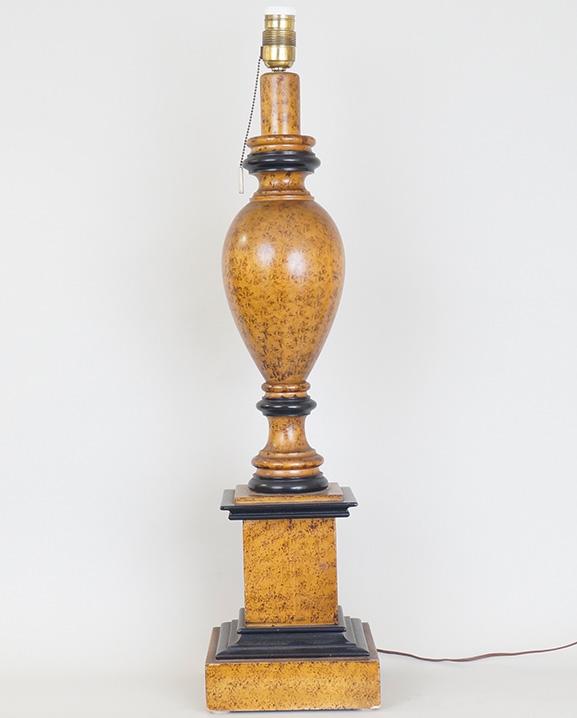 L 562 – Lampe en bois  Haut : 79 cm / 31.1 in