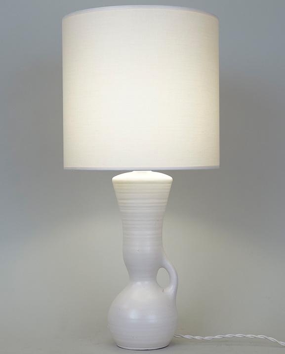 L 570 – Lampe  blanche Haut : 46 cm / 22 in.