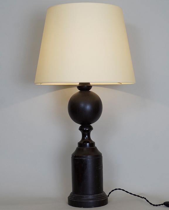 L 454 – Lampe en bois Haut : 66 cm / 25,8 in.