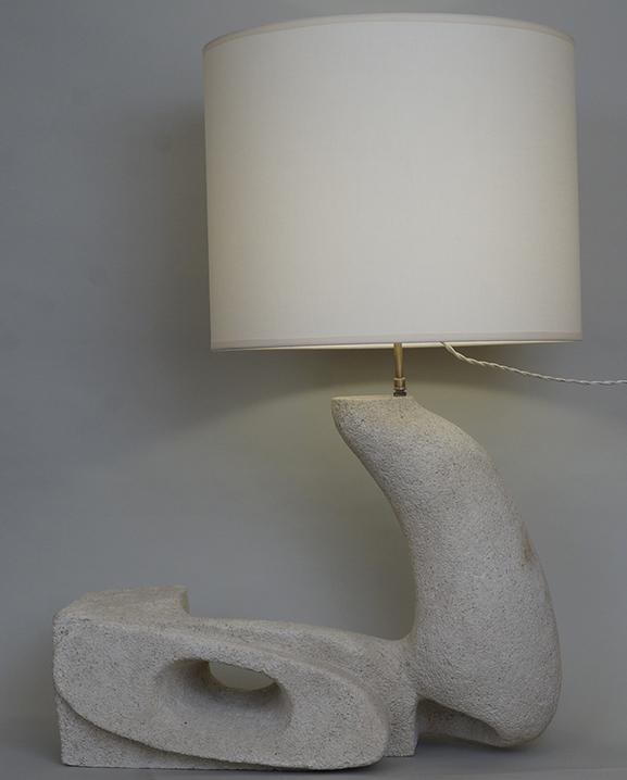 L 681 – Lampe en pierre claire.  Haut : 78 cm / 30,7 in.