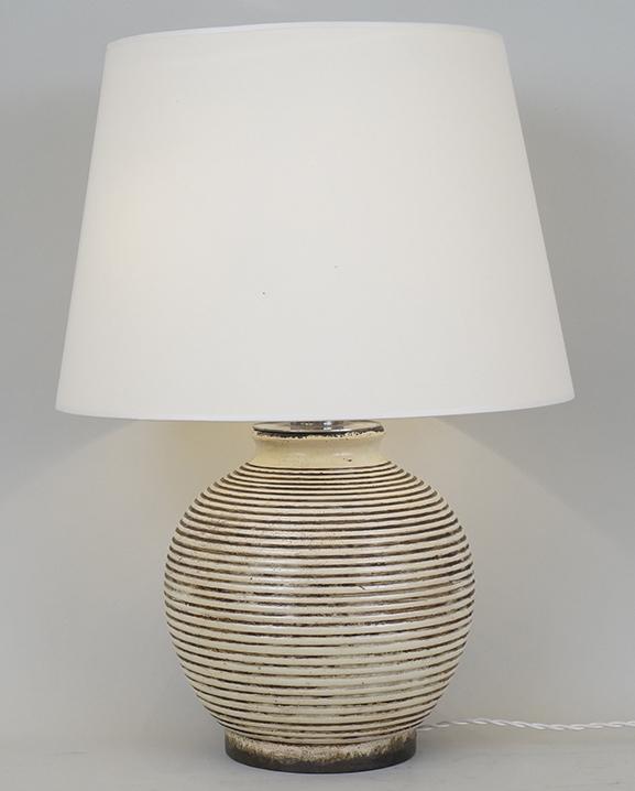 L 563 – Lampe Keramos ivoire Haut : 57 cm / 22,4 in.
