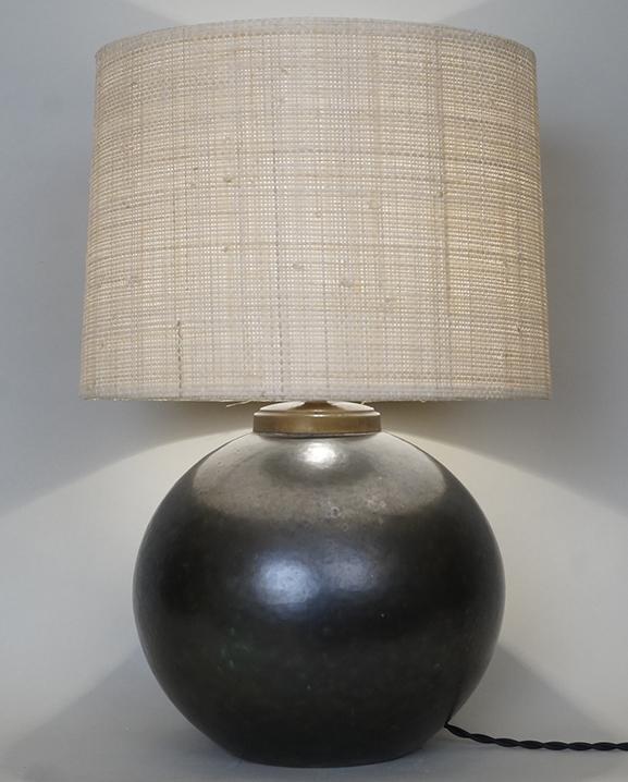 L 653 – Lampe boule noire Haut : 42 cm / 16,5 in.