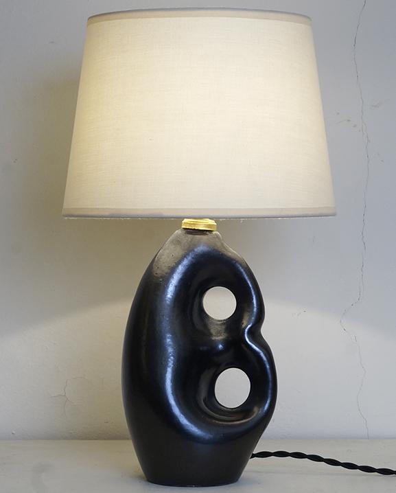 L 731- Lampe céramique noire. Haut : 38 cm / 15 in.